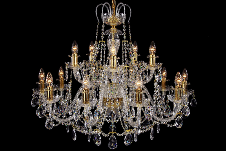 A fifteen-light crystal chandelier decorated with a crown.