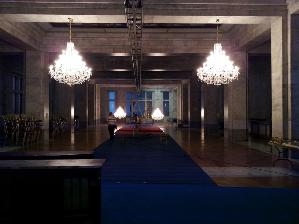 Příprava křišťálových lustrů LUCKY GLASS v tanečním sále hotelu Ukrajina